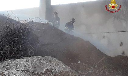 In fiamme del poliestere in un'azienda specializzata in riciclaggio materiali ferrosi
