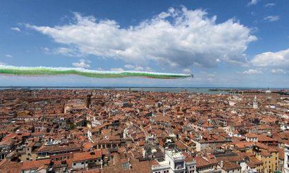Le Frecce Tricolori sorvolano Venezia: un abbraccio virtuale in omaggio alle vittime del Covid