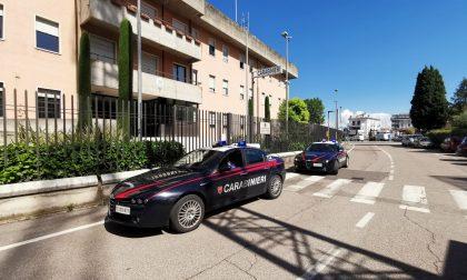 Evade dai domiciliari a Brescia, grazie alle indicazioni dei familiari lo trovano a Peschiera del Garda