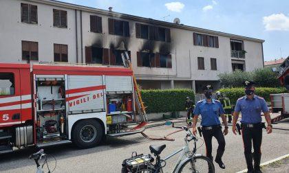 Parte del complesso residenziale in fiamme a Peschiera del Garda, due appartamenti inagibili