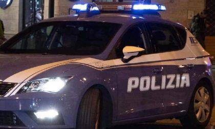 Colpisce senza motivo un'auto parcheggiata per poi scagliarsi sugli agenti, 23enne arrestato