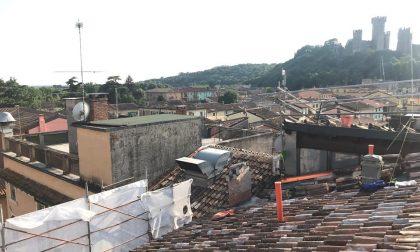 Proseguono i lavori di coibentazione della copertura del palazzo comunale di Valeggio sul Mincio