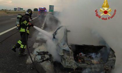 Attimi di paura in A4, auto prende fuoco tra i caselli di Montebello e Soave: salvi conducente e passeggero