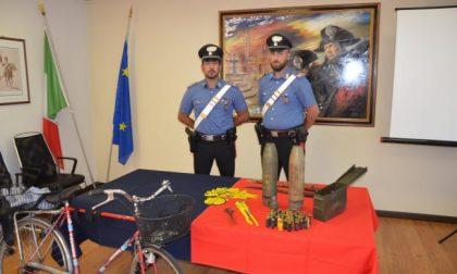 """Nel cestino della bici e a casa una """"santabarbara"""" con ordigni esplosivi da guerra: arrestato 68enne"""