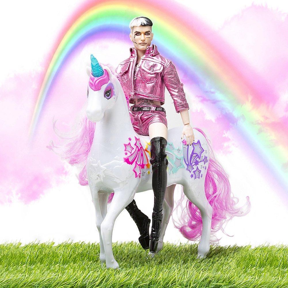 """Achille Lauro in versione Ken di Barbie fa impazzire l'onorevole: """"E' da cura psichiatrica"""""""