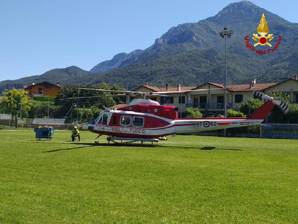 Impianto elettrico fuori uso al rifugio: nuovo gruppo elettrogeno trasportato in quota con l'elicottero - VIDEO