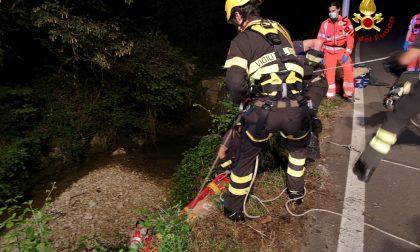 Bambina cade con la bici in un torrente, salvata dopo un volo di 4 metri – FOTO