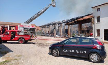 Grave incendio a Belfiore: le fiamme scaturite dai pannelli fotovoltaici hanno divorato il tetto della struttura