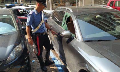 Sorpreso mentre infrange i finestrini per rubare oggetti nelle auto, arrestato 23enne