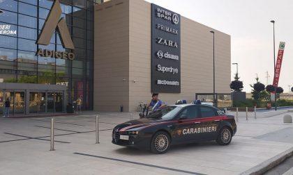 Forza la serratura dell'armadio di sicurezza all'Adigeo e svuota uno zaino, arrestato 26enne