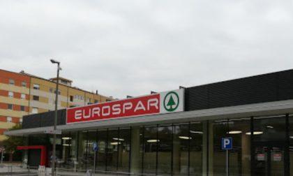 Riempie due zaini con 7 bottiglie di liquori all'Eurospar e tenta la fuga, 26enne nei guai