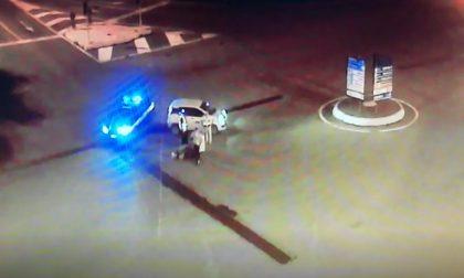 Furgone perde una lavasciuga e un'idropulitrice, conducente si allontana senza recuperarli VIDEO