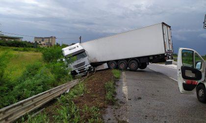 Tangenziale Sud bloccata per la fuoriuscita di un autocarro, ferito il conducente – FOTO