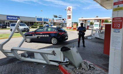 Sradicano con un escavatore le colonne del self service del distributore di carburante e si danno alla fuga