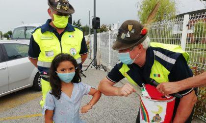 """Il salvadanaio della piccola Lara è stato consegnato agli """"eroi in giallo"""" FOTO E VIDEO"""