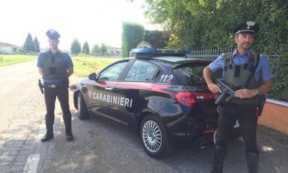 Taglia le gomme di un'auto fuori dalla sala slot, ma il proprietario se ne accorge: arrestato!