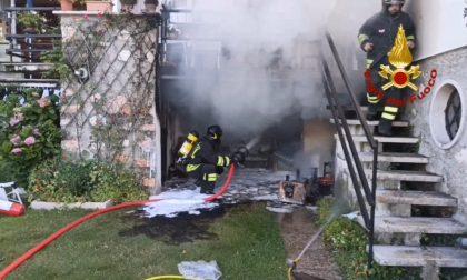 Auto in fiamme nel garage, impiegate 4 ore per lo spegnimento VIDEO