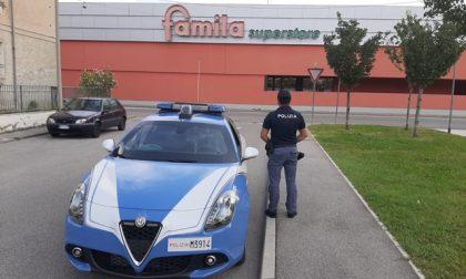 Tenta di rubare superalcolici al Famila Superstore, arrestato 26enne
