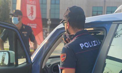 Si nasconde tra le auto alla vista degli agenti, 32enne denunciato per spaccio