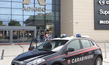 Ruba abiti all'Adigeo dopo 4 giorni dal precedente furto, 28enne arrestata