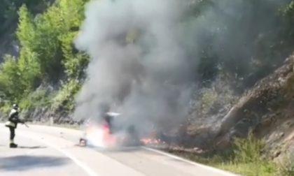 Tragico schianto tra un'auto e una moto che prende fuoco, 39enne muore carbonizzato