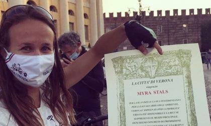 Gira il mondo in bici raccogliendo plastica abbandonata: Myra Stals fa tappa a Verona