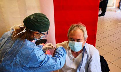 Vaccini, numero verde aziendale e apertura prenotazioni over 80