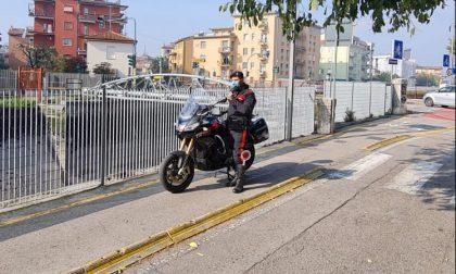 Cittadina presta la bicicletta al Carabiniere per poter inseguire lo spacciatore