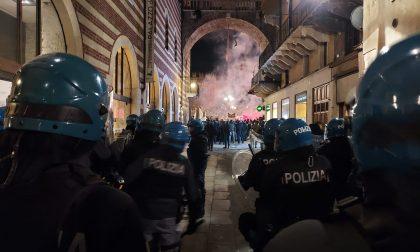 """Sindacato di Polizia: """"Un attacco violento ieri a Verona con lancio di tavoli, sedie e bottiglie"""""""