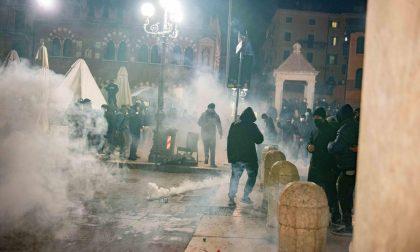 Gruppi di estrema destra e ultras al corteo in Piazza Erbe, feriti 5 poliziotti FOTO E VIDEO