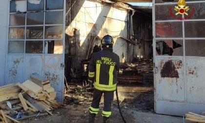 Incendio a Sant'Ambrogio di Valpolicella: una falegnameria completamente distrutta FOTO