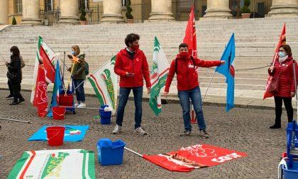 """Presidio in Piazza Bra degli addetti delle imprese di pulizia: """"Contratto nazionale adesso!"""" FOTO"""