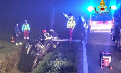 Incidente a Veronella: dopo lo scontro l'auto finisce nel fossato, due donne rimangono intrappolate