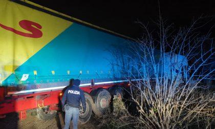 Folle corsa col camion per le vie di Verona urtando veicoli in sosta e segnaletica