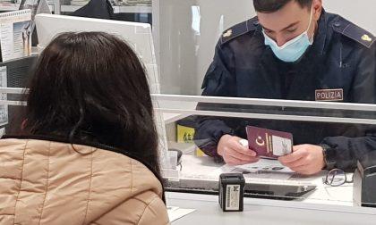 Si presenta in Questura per il rinnovo del permesso di soggiorno ma il suo passaporto è falso