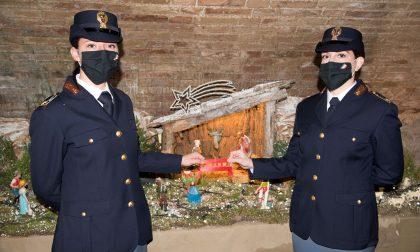 """Scuola di Polizia, nel presepe arriva la panchina rossa """"antiviolenza"""" in miniatura"""