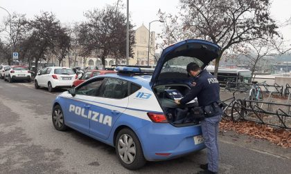 Fuori nonostante il coprifuoco, 20enne invece di tornare a casa aggredisce i poliziotti