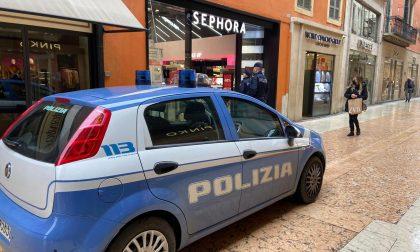 Ruba profumi da Sephora e scappa per le vie di Verona inseguito dal vigilante
