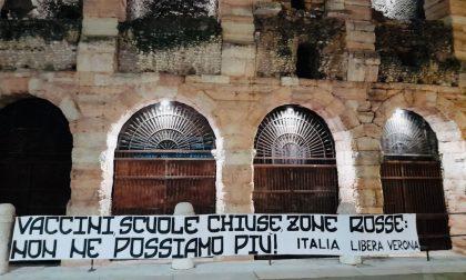 """Arena di Verona, striscione appeso da """"Italia Libera"""" nella notte: """"Contro la tirannia sanitaria"""""""