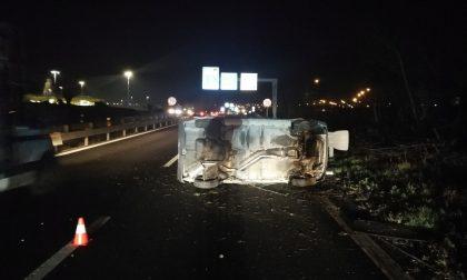 Ubriaca alla guida provoca un incidente in Tangenziale e si ribalta con l'auto