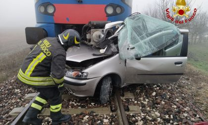 Tragedia sfiorata a Legnago: l'auto resta bloccata sui binari, scendono prima che il treno li travolga FOTO