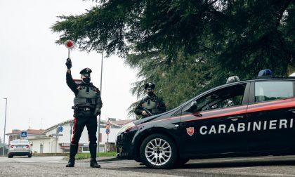 Tentano un furto su un'auto poi i Carabinieri li trovano a una festa con 11 ragazzi