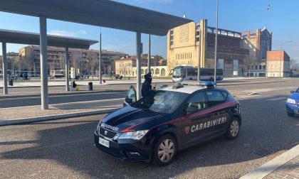 Chiede a un passeggero sull'autobus di cambiargli 50 euro ma lo rapina