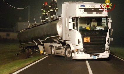 Autocisterna con 37mila litri di carburante finisce fuori strada a Valeggio sul Mincio