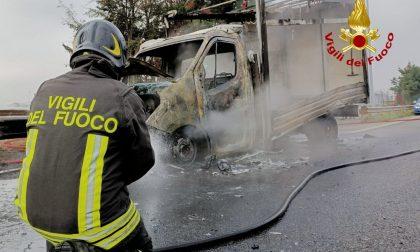 Furgone avvolto dalle fiamme nei pressi del Casello autostradale di Verona Nord