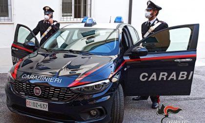 Ubriachi litigano al bar, uno si scaglia contro i Carabinieri e gli sputa addosso