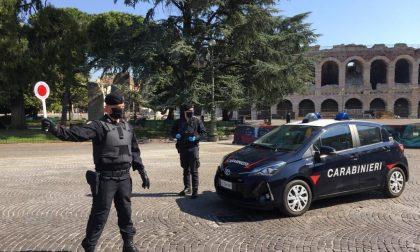 Minorenni minacciano con un coltello un giovane per rubargli la bicicletta e la giacca