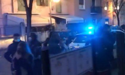 """Il video dei clienti del bar che protestano contro i controlli al grido di """"Libertà!"""""""