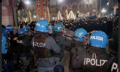 """""""Daspo fuori contesto"""" per i 10 responsabili della guerriglia in Piazza Erbe"""