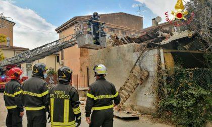 Le foto del crollo del tetto di un vecchio capannone a Verona